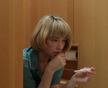 Haley Bennett als Hunter sitzt auf der Toilette und schaut auf ihren Schwangerschaftstest in Swallow.