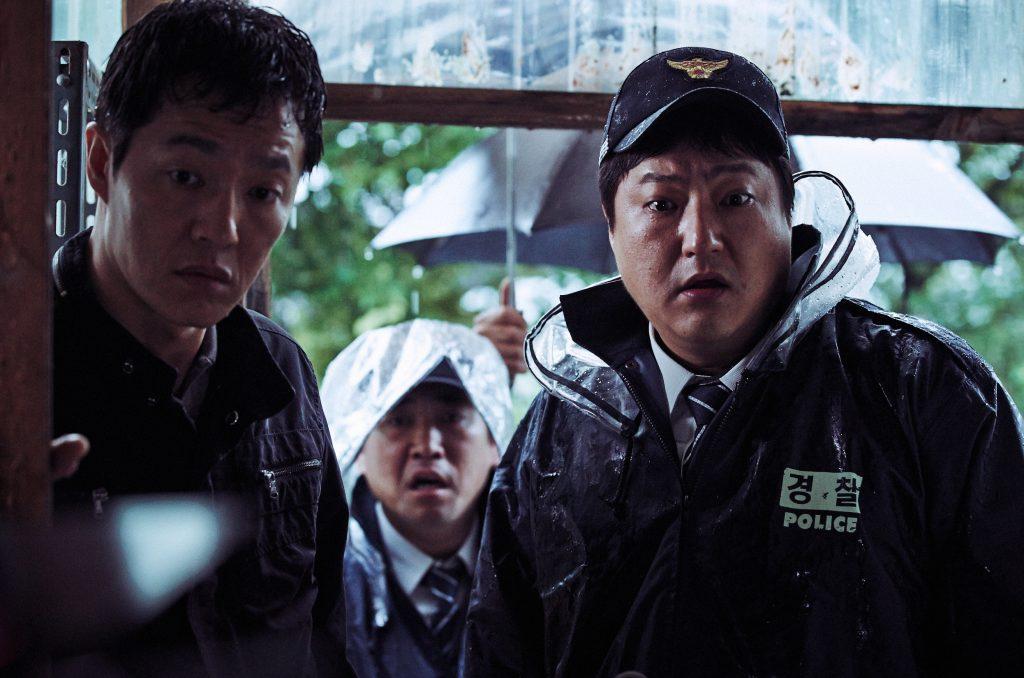 """Die Polizisten sind schockiert als sie den Tatort erblicken in """"The Wailing"""" © Alamode Film"""