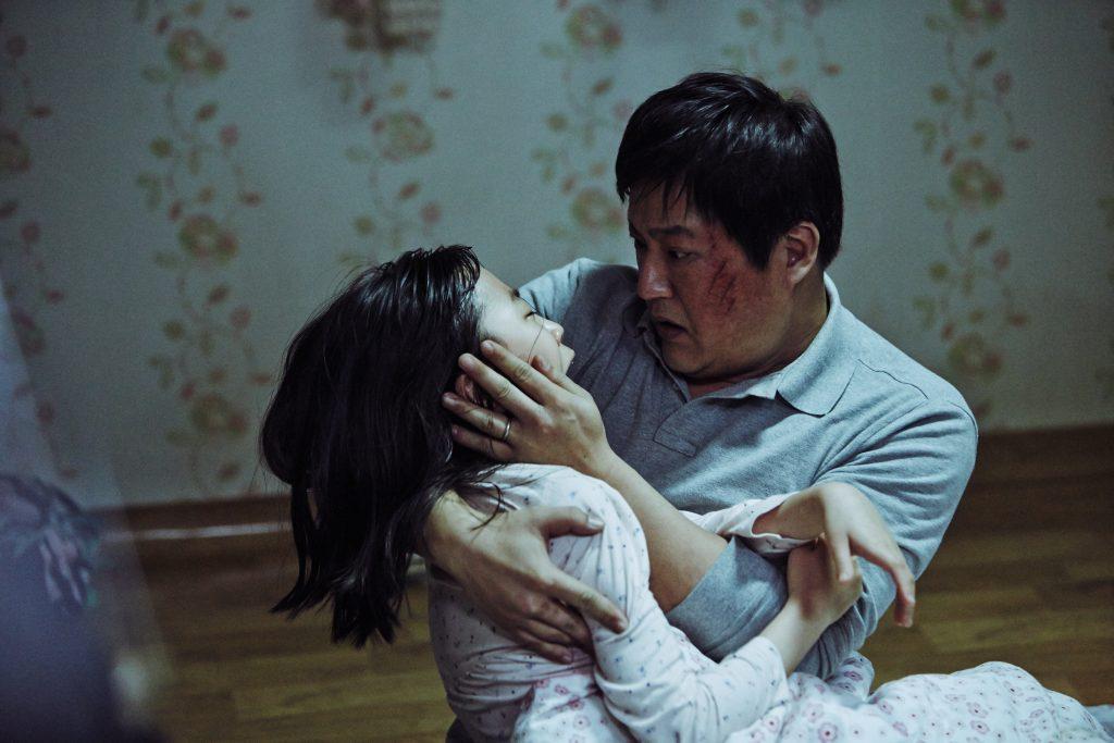 """Der Polizist mit seiner Tochter in """"The Wailing"""" © Alamode Film"""