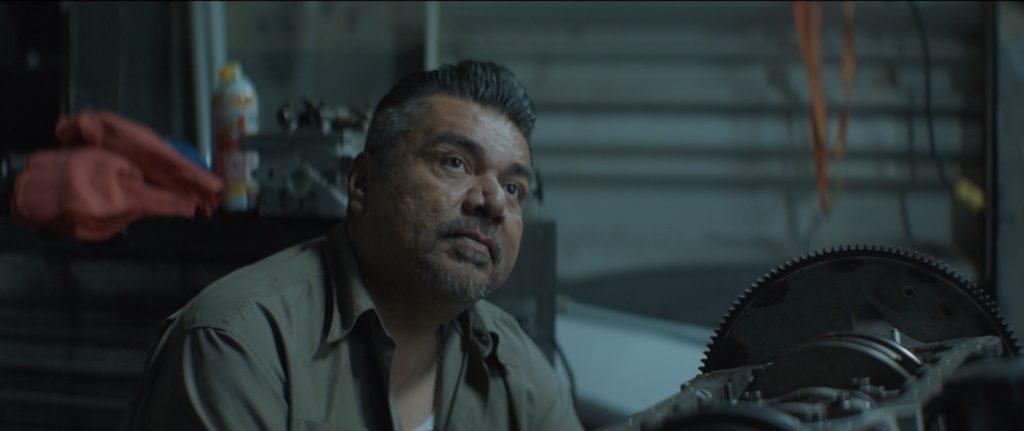 George Lopez als Javier sitzt in seiner Werkstatt.
