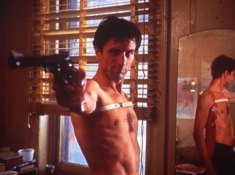 Travis Bickle posiert mit einem großen Revolver - Die besten 10 Filme der 70er