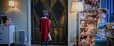 Heo Yool als Ina steht in einem roten Kleid vor einem Kleiderschrank in The Closet