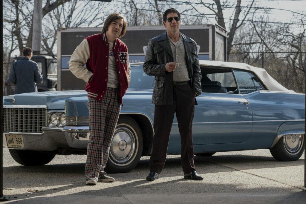 Tony und sein vater Johnny stehen vor einem hellblauen Auto in The Many Saints of Newark