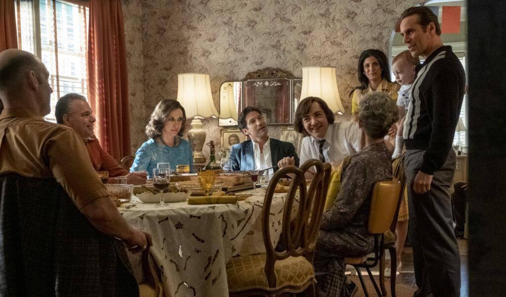 Die Familie Soprano und Dickie Moltisanti am Esstisch in The Many Saints of Newark