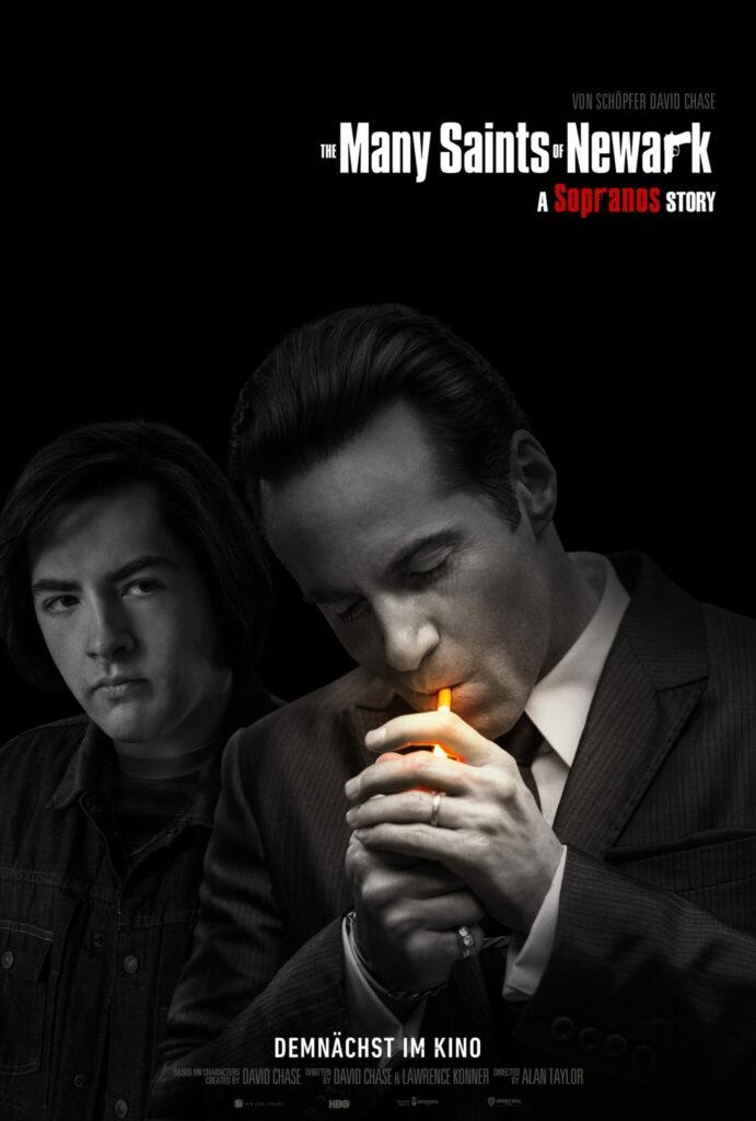 Ein Mann zündet sich eine Zigarrette an, im Hintergrund ist ein junger Tony Soprano zu sehen