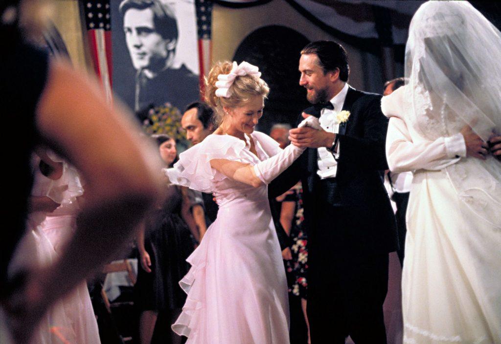 Steve und seine Braut tanzen auf einer Hochzeit, beide lachen, um sie viele Leute in Die durch die Hölle gehen