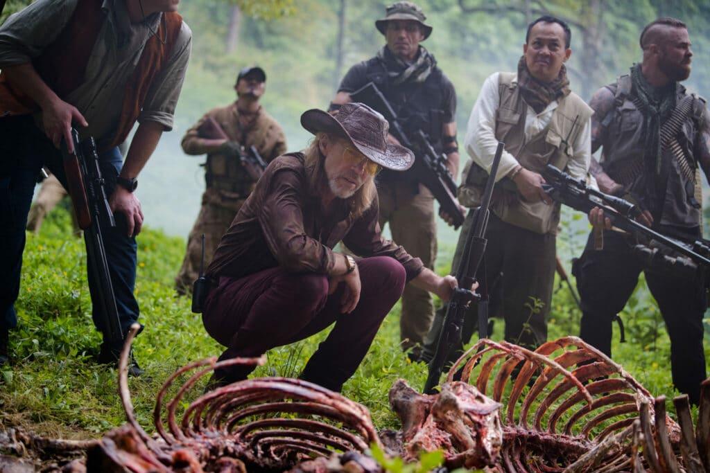 Bill (Richard Brake) untersucht ein Tierkadaver, welches den Raketenwürmern zum Opfer gefallen ist.