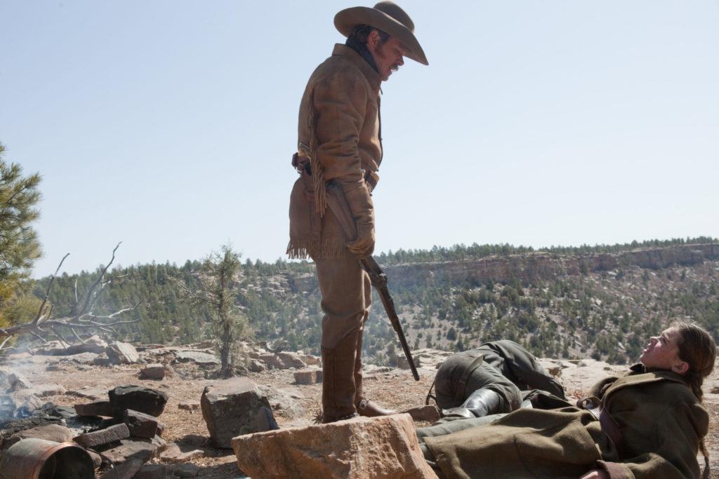 LaBeouf steht neben der am Boden liegenden Mattie, er hat ein Gewehr in der Hand,sie sieht verängstigt aus