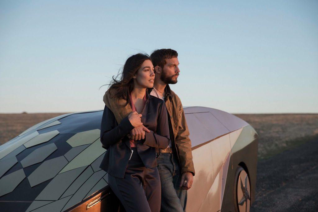Grey und Asha lieben sich in Upgrade © Universal Pictures