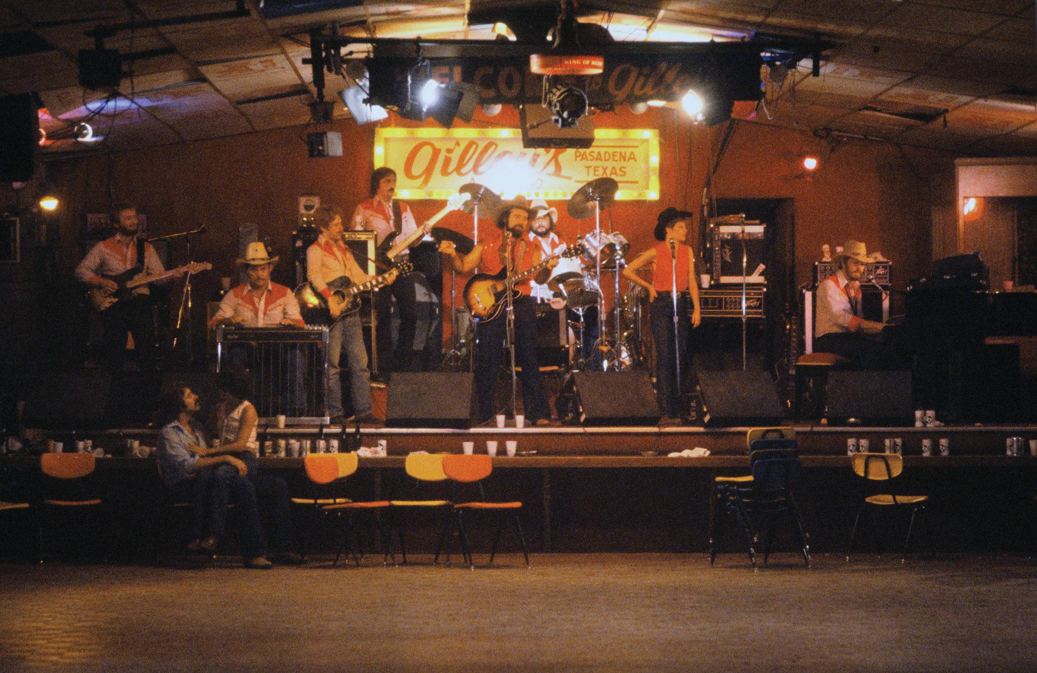 """Die Chalie Daniels Band tritt in """"Urban Cowboy"""" auf einer Nachtclubbühne als sie selbst auf."""