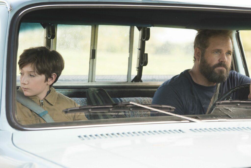 Brandon und sein Vater sitzen im Auto, er sieht abgelenkt aus dem Fenster