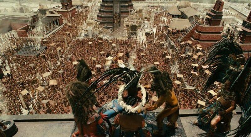 Ein Maya-Priester steht vor einem Opferaltar und blickt hinab auf eine tobende Menge von Kriegern