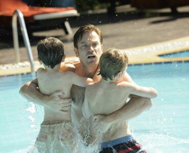Ewan McGregor hält seine beiden Söhne im Arm, er starrt schockiert Richtung Kamera