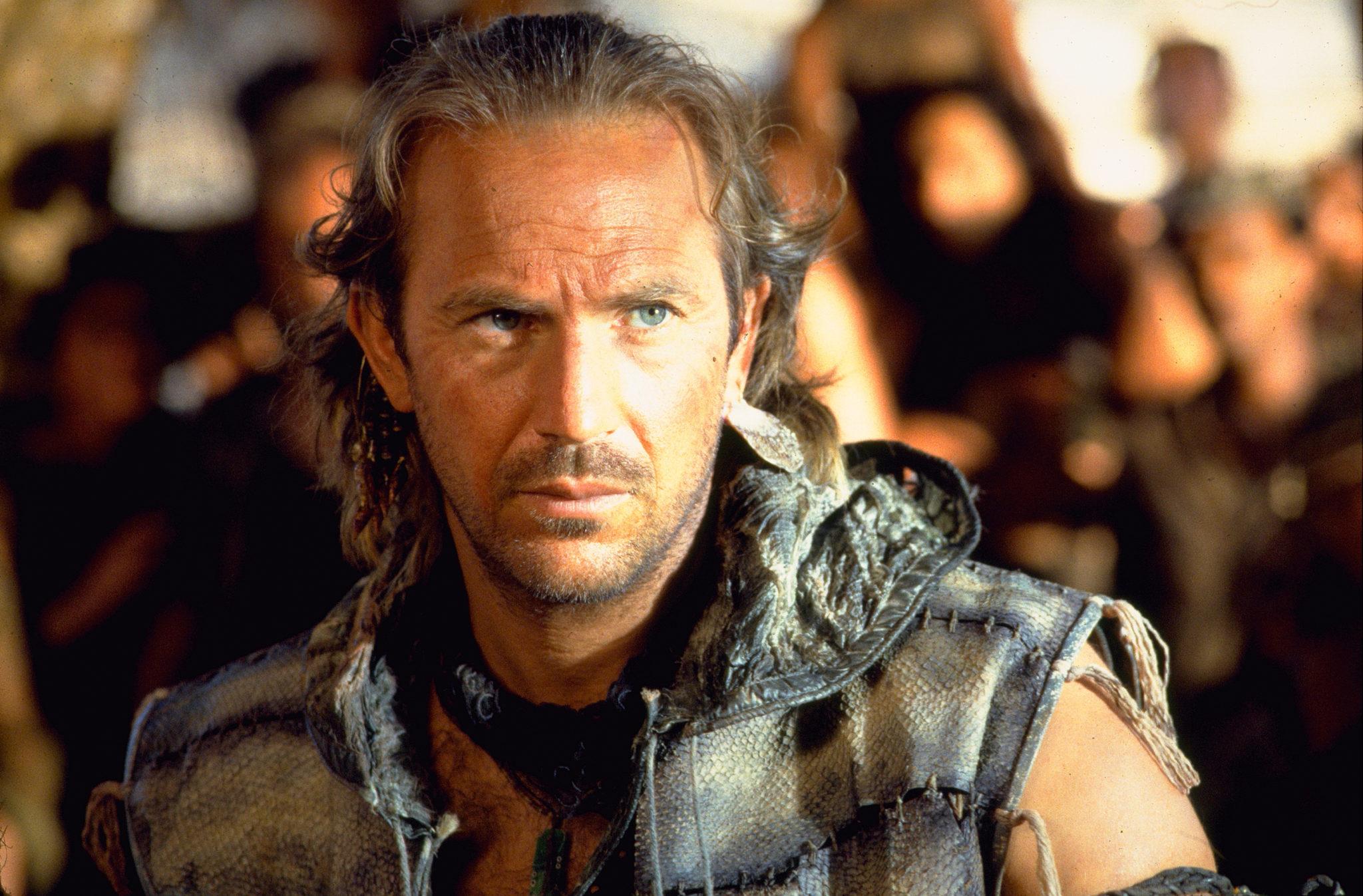 """Kevin Costner als der """"Mariner"""" blickt in """"Waterworld"""" grimmig in die Kamera."""
