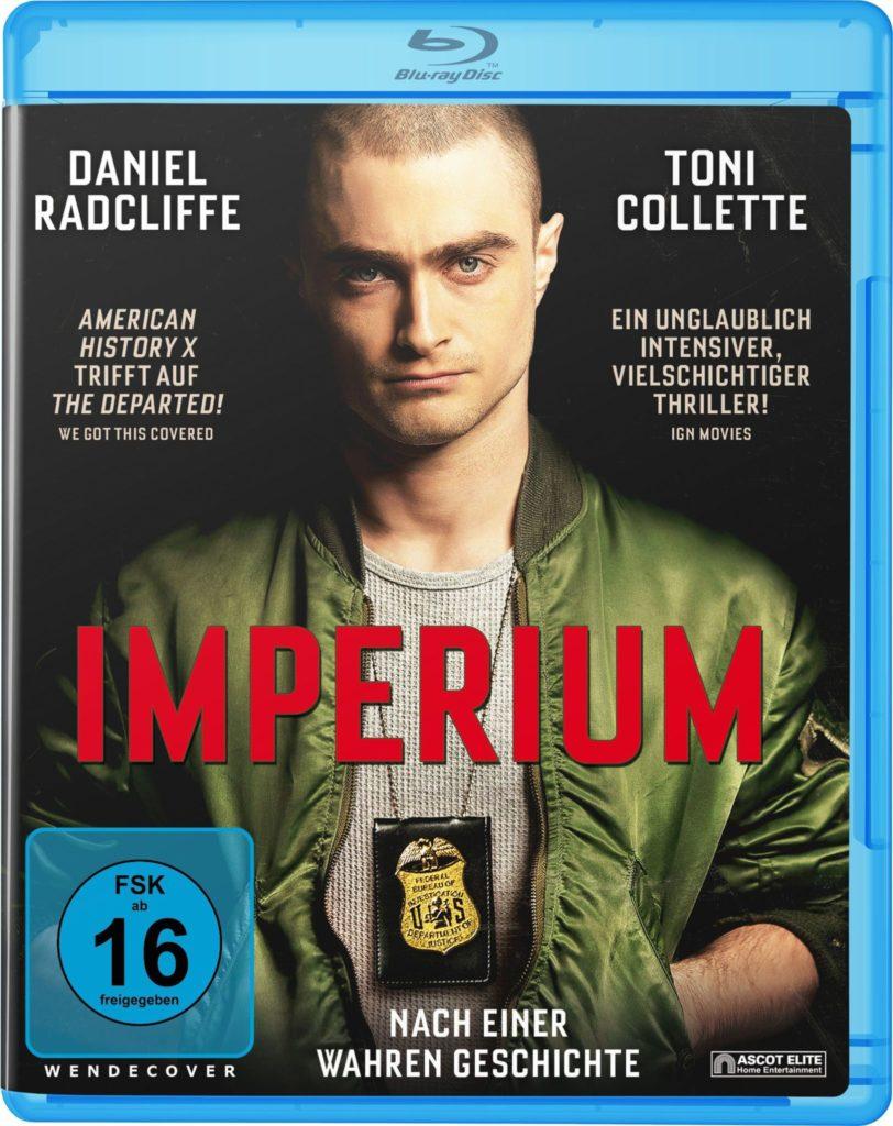 Blu-ray von Imperium, Daniel Radcliffe sieht mit Polizeimarke um den Hals in die Kamera