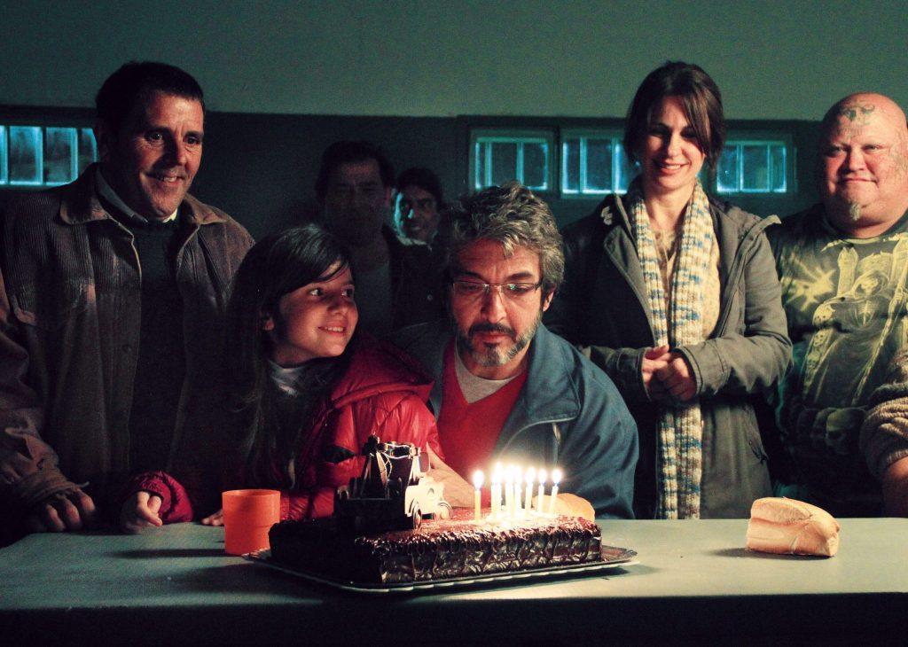 Sprengmeister Simon Fisher (Ricardo Darin) sitzt unter anderem mit seiner Tochter und seiner Frau im Gefängnis vor einer Torte