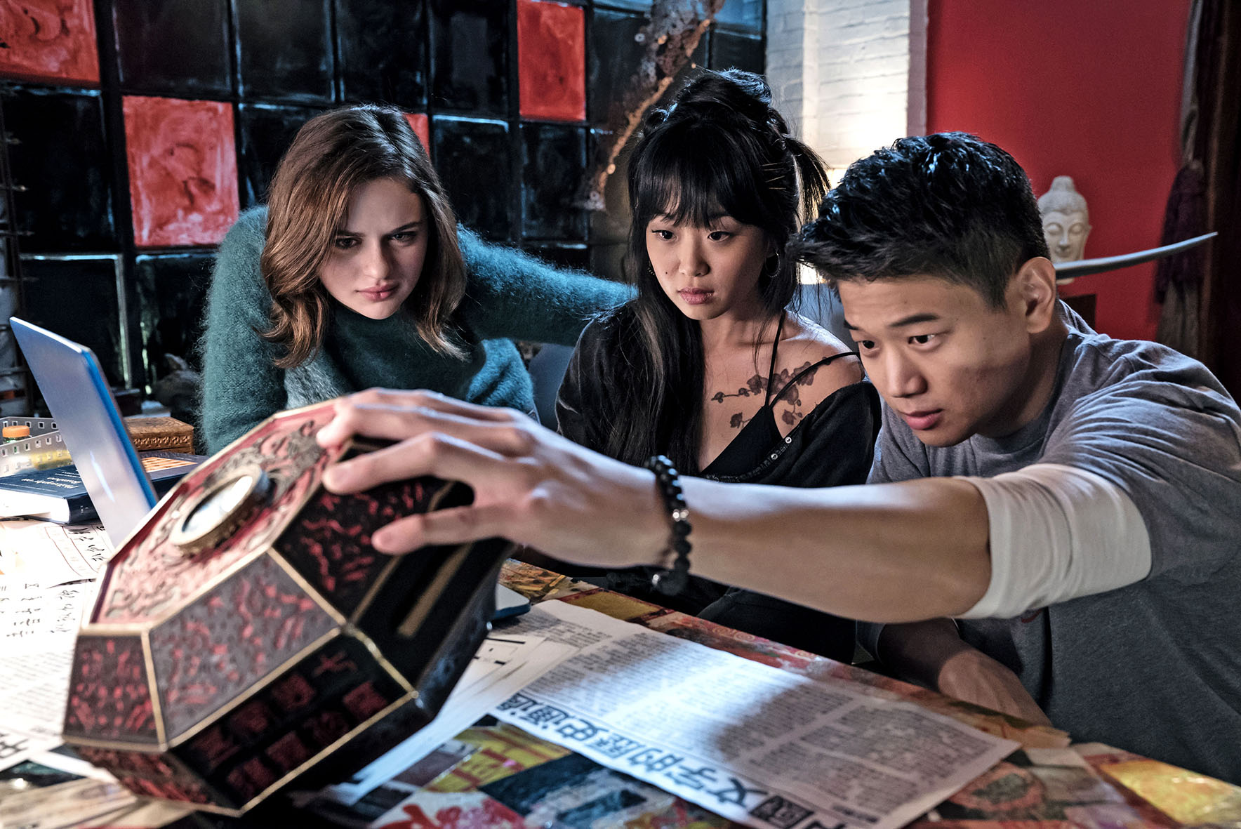 """Joey King als """"Claire"""" (l.) , Alice Lee als """"Gina"""" and Ki Hong Lee als """"Ryan"""" in """"Wish upon"""""""