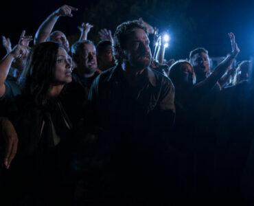 Inmitten der Menschenmassen kämpft John Garrity (Gerard Butler) in Greenland mit seiner Familie ums überleben.